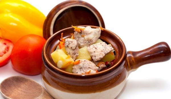 Vepřové maso s brambory v hrncích