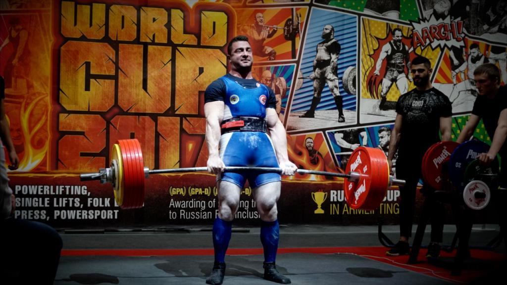 Atleta alla competizione Powerlifting
