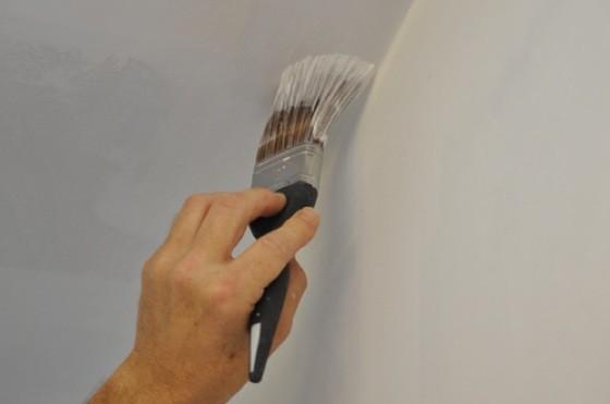malování stropu emulze vody