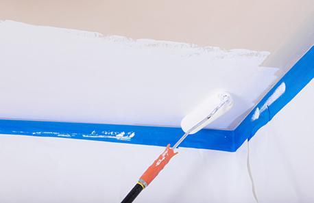 malování tapety na stropě