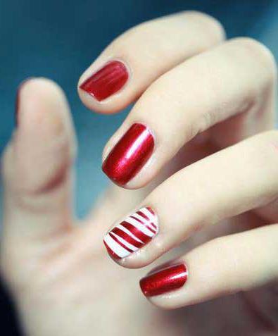 manicure con lacca rossa