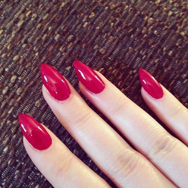 manicure lacca rossa foto