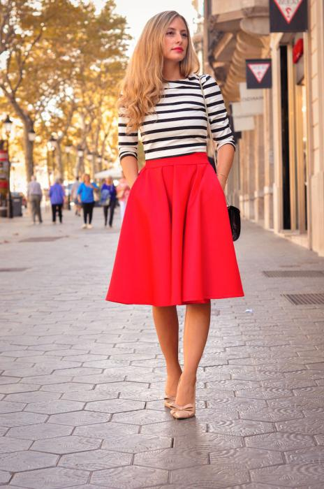 w co nosić czerwoną spódnicę