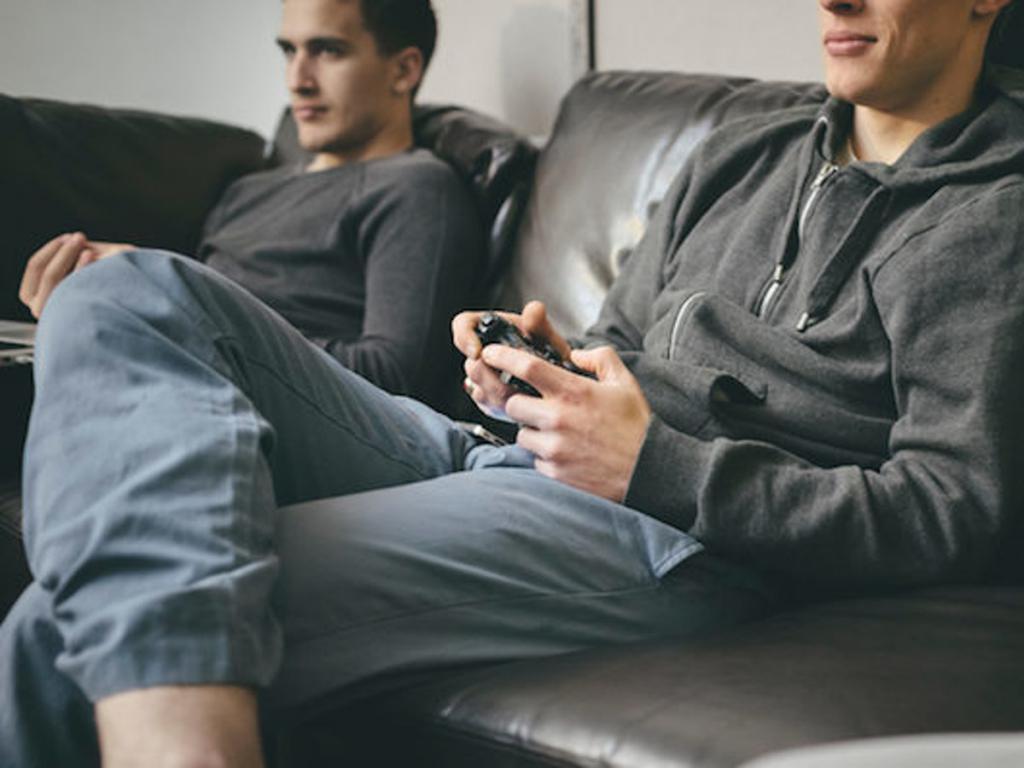 Момчета играят компютърни игри