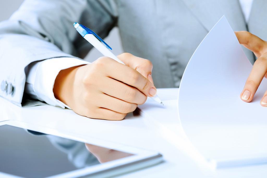 Човек подписва документи