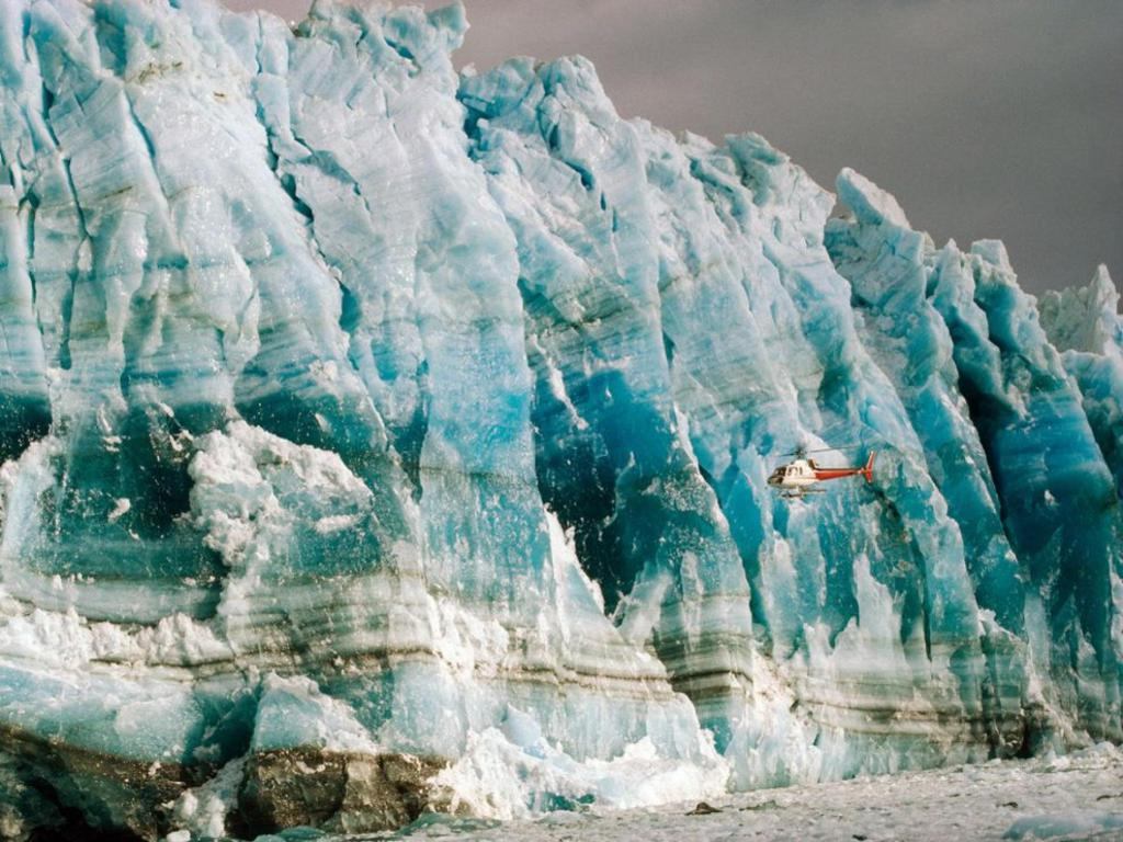 Хеликоптер на фона на ледника