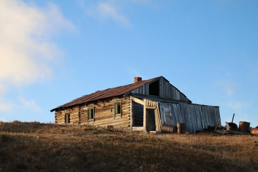 Изоставена сграда на остров