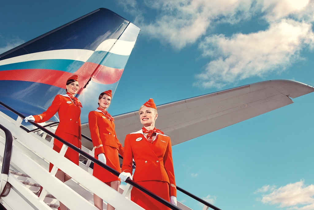 Assistenti di volo sulla scala in aereo