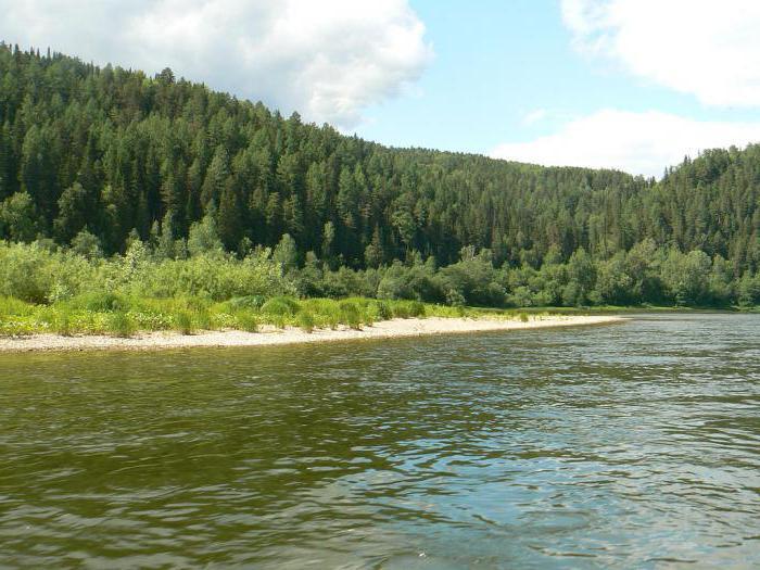 cammina lungo il fiume Ufa