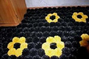 tappeto fatto di pompon fai-da-te da pacchetti