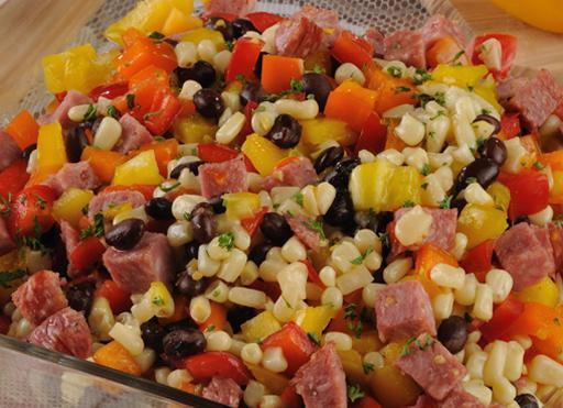 салата од купуса, кукуруз, кобасица
