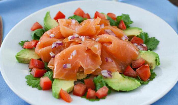 салата са црвеном рибом и избор авокада од састојака