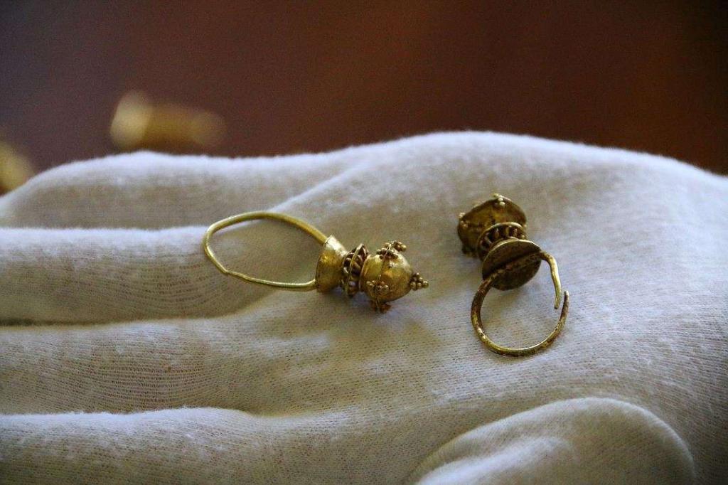 Orecchini in oro dall'insediamento di Ust-Alma