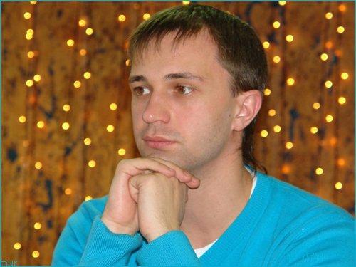 Sergey w niebieskim swetrze