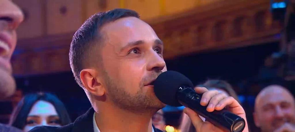 Sergej s mikrofonom