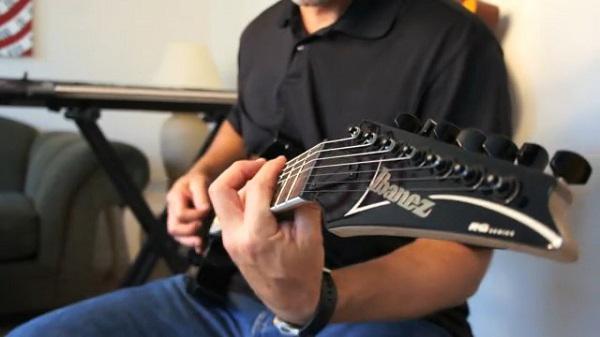 chitarra a sei corde a sette corde