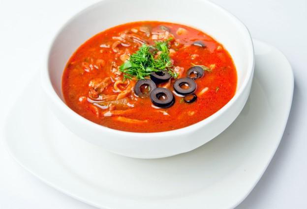Squadra di zuppa di carne solyanka.  ricetta