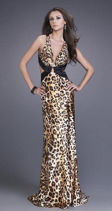 vestito leopardo sul pavimento