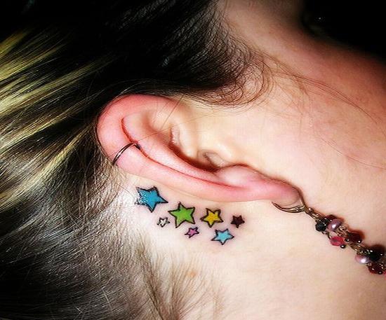 tatuaggio dietro l'orecchio