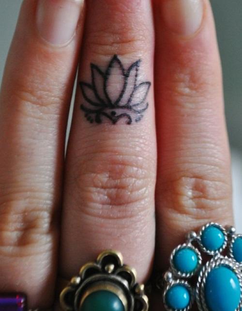 Лотус на прст