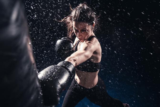 техника бочног удара у боксу