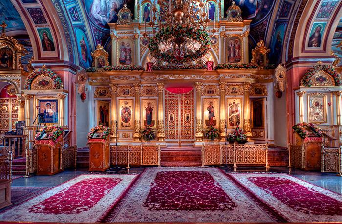Интериорът на храма