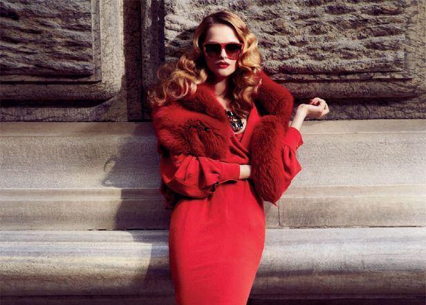 Červené šaty s kožichovým šálkem