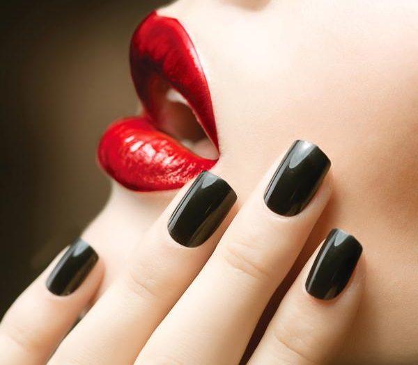 Черен маникюр под червената рокля