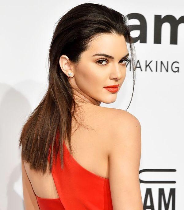 Червено червило под червената рокля