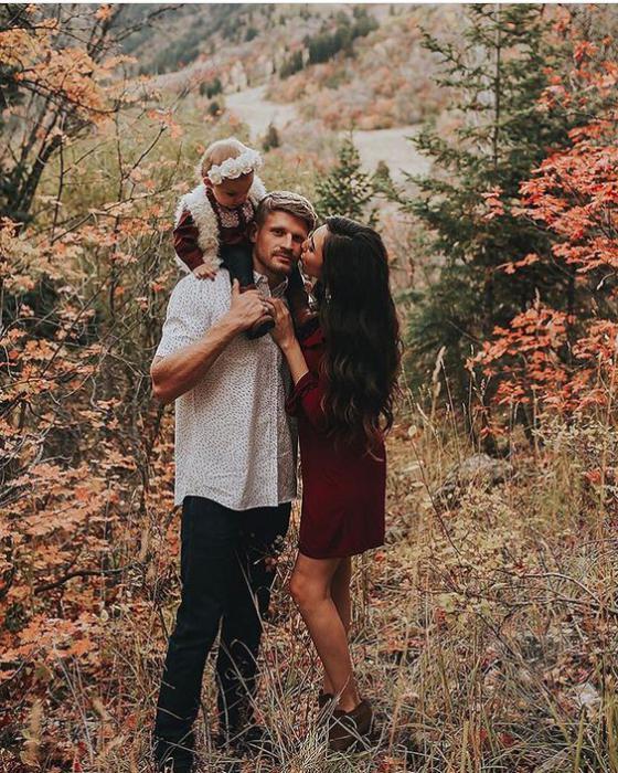 idee per le foto autunnali per una famiglia in natura