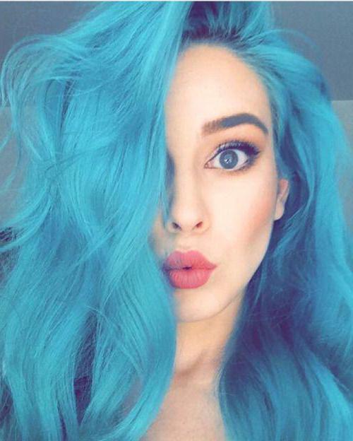 dekle z modrimi lasmi