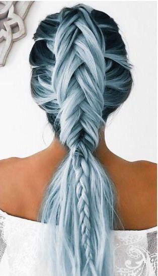 dekle s črno-modrimi lasmi