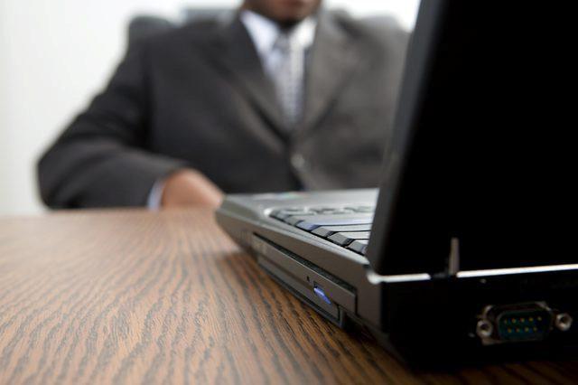 zašto se laptop uključuje i isključuje odmah