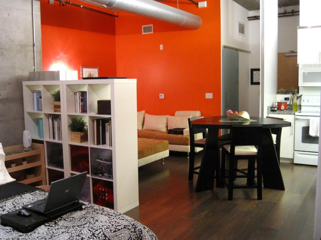 Decorazione di pareti e pavimenti in un monolocale
