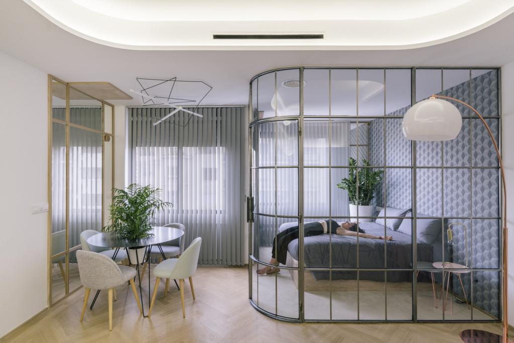 Recinzione originale per la separazione delle camere da letto nel monolocale