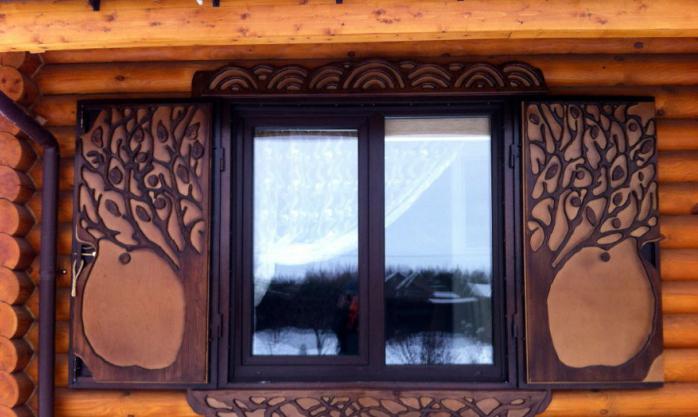 okno v leseni hiši