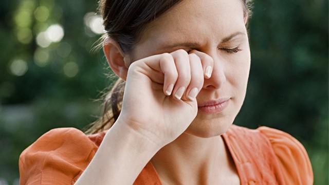 шта боли десно око у петак