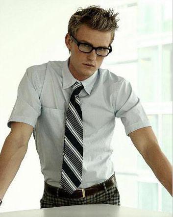 krawat z krótką koszulą