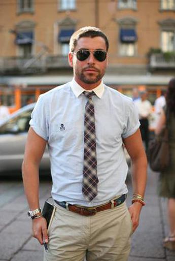 ubrany w koszulę z krótkim rękawem