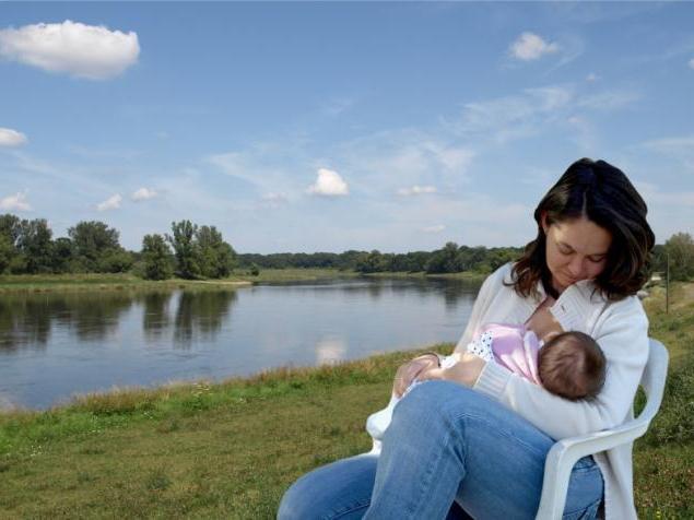 да нахрани бебу мајчиним млеком у сну