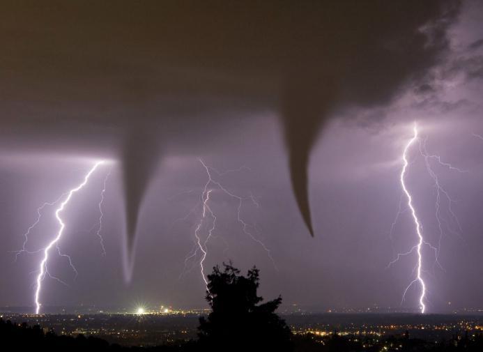 Potężne tornado nad ziemią