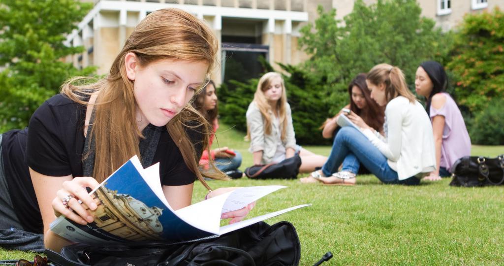 Študent bere pravila