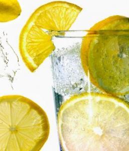 Acqua con limone a digiuno
