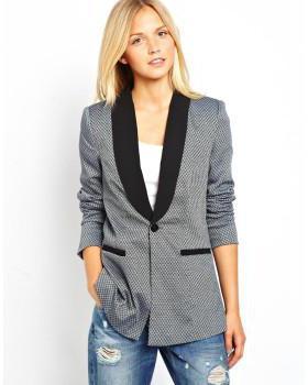 modello femminile del blazer
