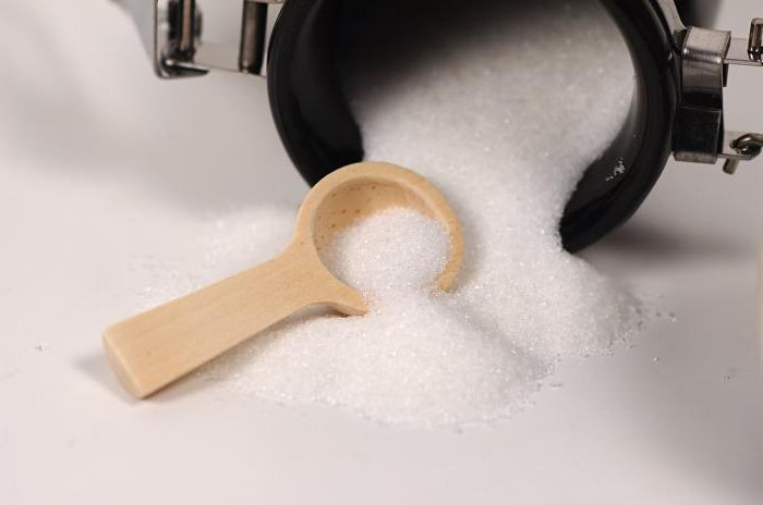 omen posuti šećer na stolu