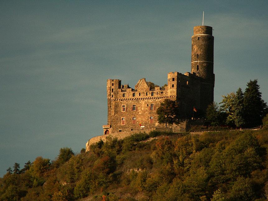 Замъкът е построен на хълм.