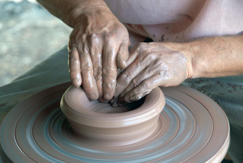 Le mani dell'artigiano del vasaio