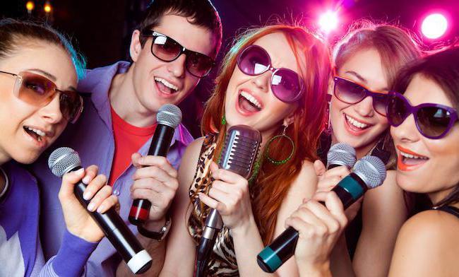che le ragazze di karaoke stanno cantando