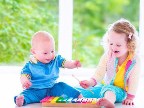 kakšne igrače potrebujejo otroci v 1 letu in 2 mesecih