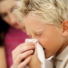 dítě vychází z nosu